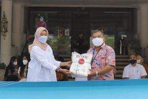 PJB Serahkan Lebih Dari 1000 Paket Bantuan Covid-19 ke Pemkot Surabaya